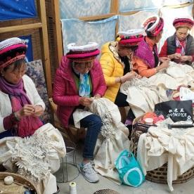 Bai Frauen bei der aufwändige Vorarbeit